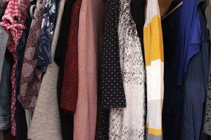 Kleider im Kleiderschrank