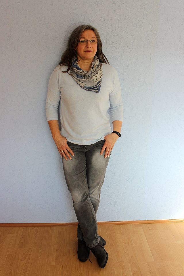 Jeans und sweater in winterfarben